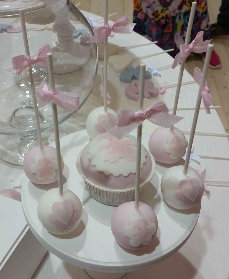 Cake pops per la Sweet table che ho realizzato per Le Bebe Enfant in occasione di Pitti Bimbo. Ho realizzato la sweet table in collaborazione con Chef Moreno Ungaretti mentre il bellissimo allestimento, le bambole e tutta l'oggettistica in legno è degli amici di Anni's Chic.