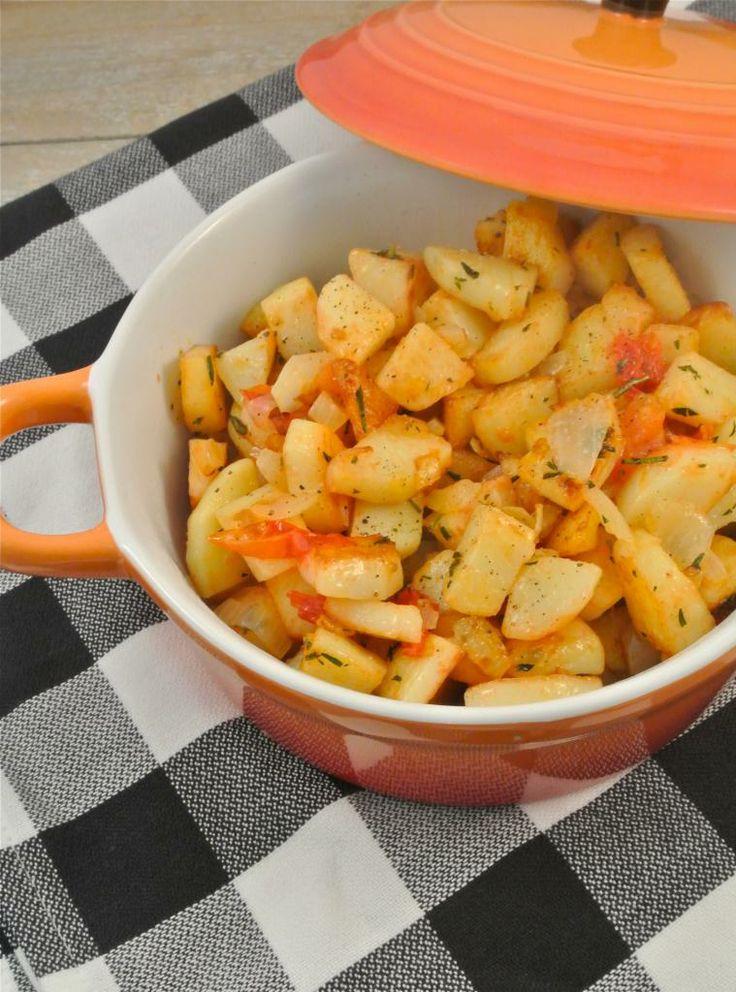 Italiaanse aardappeltjes -- Met ui, knoflook en tomaatjes gebakken.