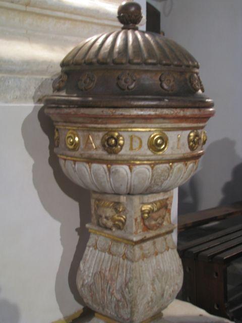 Kamienna chrzcielnica z 1587 w Farze w Kazimierzu Dolnym