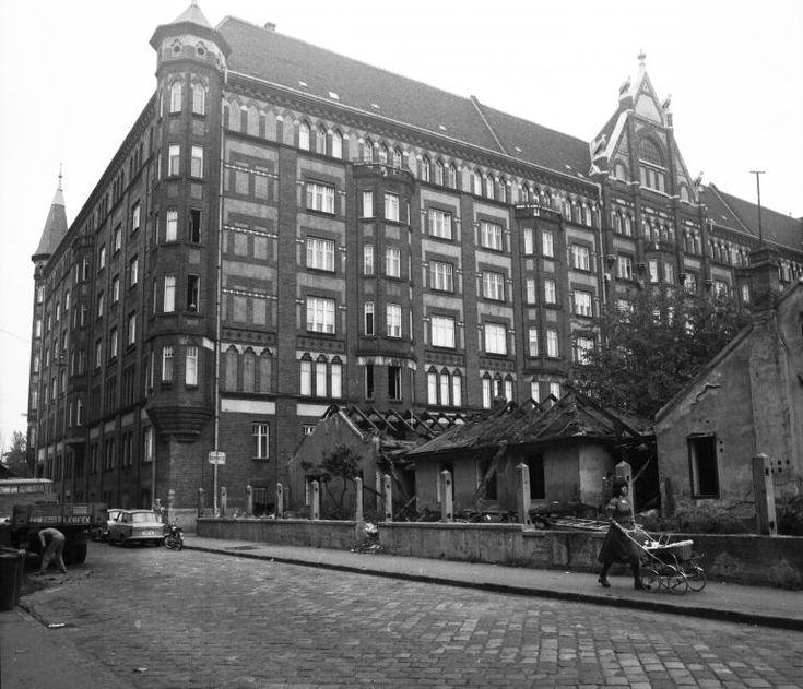 Mihálkovics utca, a Haller utca (Hámán Kató út) és az Üllői út sarkán álló lakóépület hátsó homlokzata, a Mihálkovics-telep bontásakor. 1976