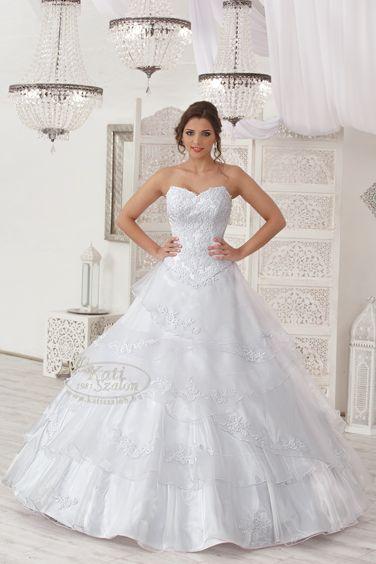 219- fodros menyasszonyi ruha csipkével díszítve