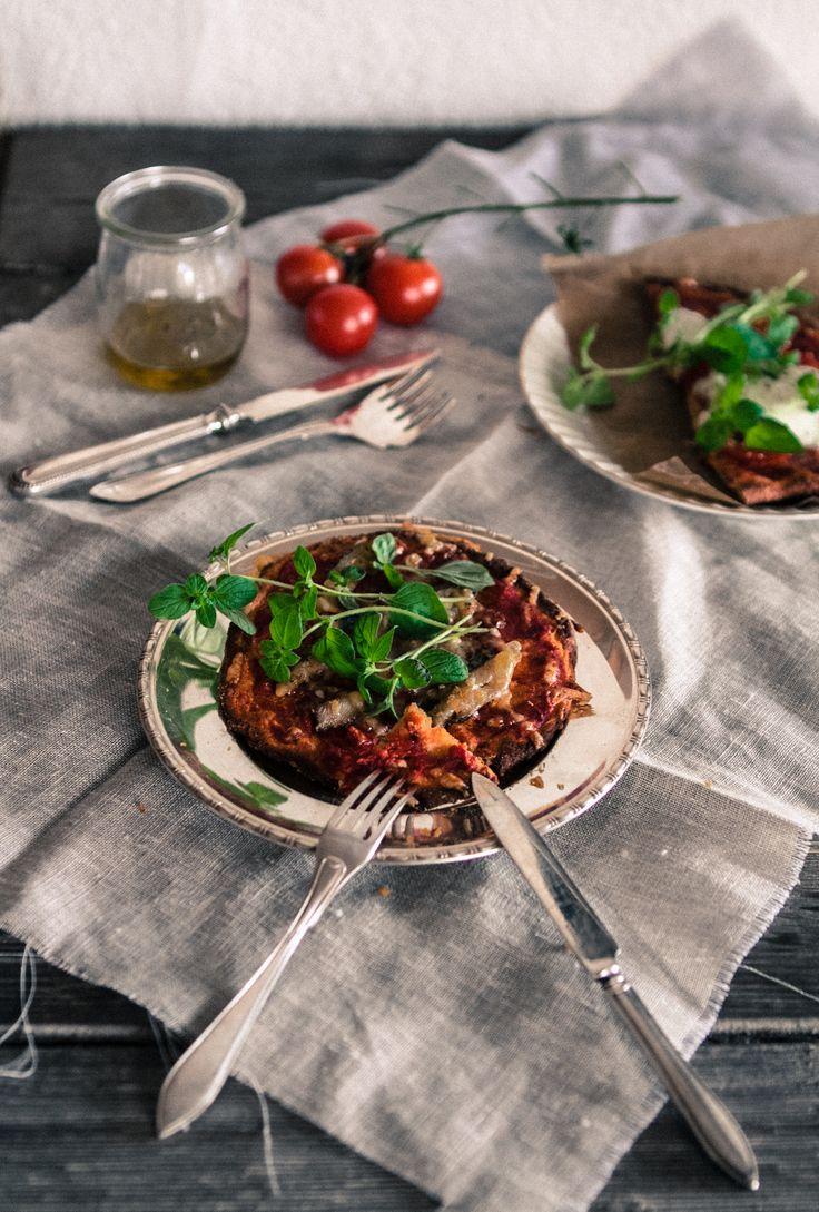 2,5 dl vettä, 1 pss kuivahiivaa ja tl hunajaa. Sekoita ja anna seisoa hetken, pinnalle muodostuu vaahtoa. Lisää  4,5 dl kikhernejauhoja, 4 rkl psylliumia, suolaa, pippuria, loraus oliiviöljyä  (rosmariinia). Sekoita ja anna kohota keittiöliinan alla n. 30 min. Pizzan koko n. 10–20 senttiä. Päälle tomaattikastiketta ( tomaatti, makeuttaja, valkosipuli ja suola) sekä haluamasi täytteet,