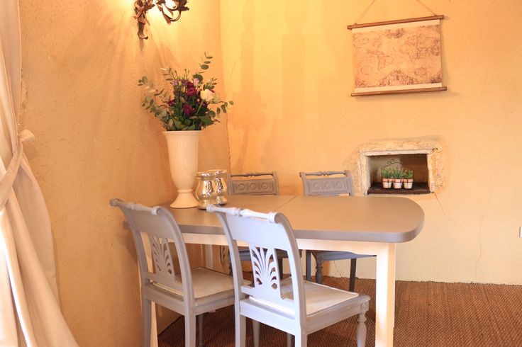 Chambre Noix, corner with dining-work table