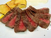 牛もも肉は室温に戻し、塩をふって10分間ほどおく。肉から出た水分はふき取らない。     フライパンにサラダ油を入れてよく熱し、(1)の肉を強火で焼く。     ※両面で、ウェルダン:90秒間 ミディアム:60秒間 レア:30秒間が目安     好みの焼き加減になったら、バットなどに取り出し、3から5分間休ませる。フライパンの油をふき取る。     同じフライパンにバターを溶かす。休ませた肉を戻し、表面にバターをからめる。       好みの付け合わせとともに盛りつけ、黒こしょうをふる。       肉を焼いたフライパンを軽くふき、ポン酢しょうゆを入れてサッと煮立たせる。     ステーキにかけ、大根おろしを添える。