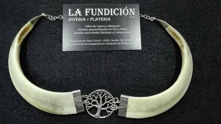 Gargantilla en Plata de Ley y Colmillos de Jabalí hecho en el taller de Joyería de La Fundición M&B, situado en el castizo barrio de Triana en Sevilla.
