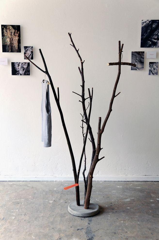 Im Frühjahr werden die Bäume beschnitten, die herabfallenden Äste finden in der aktuellen Kollektion des jungen Designers Samuel Treindl entsprechende Verwendung. In Beton eingegossen entstehen zie…