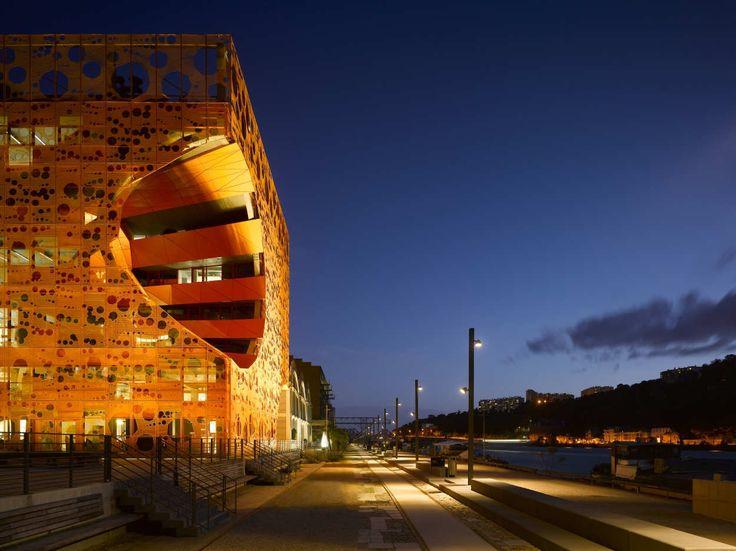 LECUBE ORANGE. E' il progetto, ideato dallo studio Jakob + MacFarlane Architects, per riqualificare i docks di Lione. Hanno realizzato questo progetto bizzarro in un contesto industriale che tanto ricorda i colori del porto vista la vernice utilizzata per l'involucro: una maglia strutturale regolare di color arancione.