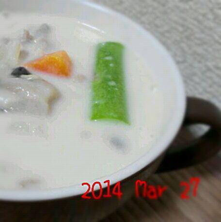 今日は休肝日(^◇^;) シメジ、鶏肉、玉ねぎ、ジャガイモ、人参、アスパラで野菜たっぷりクリームシチューにしました~(〃'▽'〃) 久しぶりのシチューでほっこり… - 137件のもぐもぐ - 野菜たっぷりクリームシチュー by sakezuki