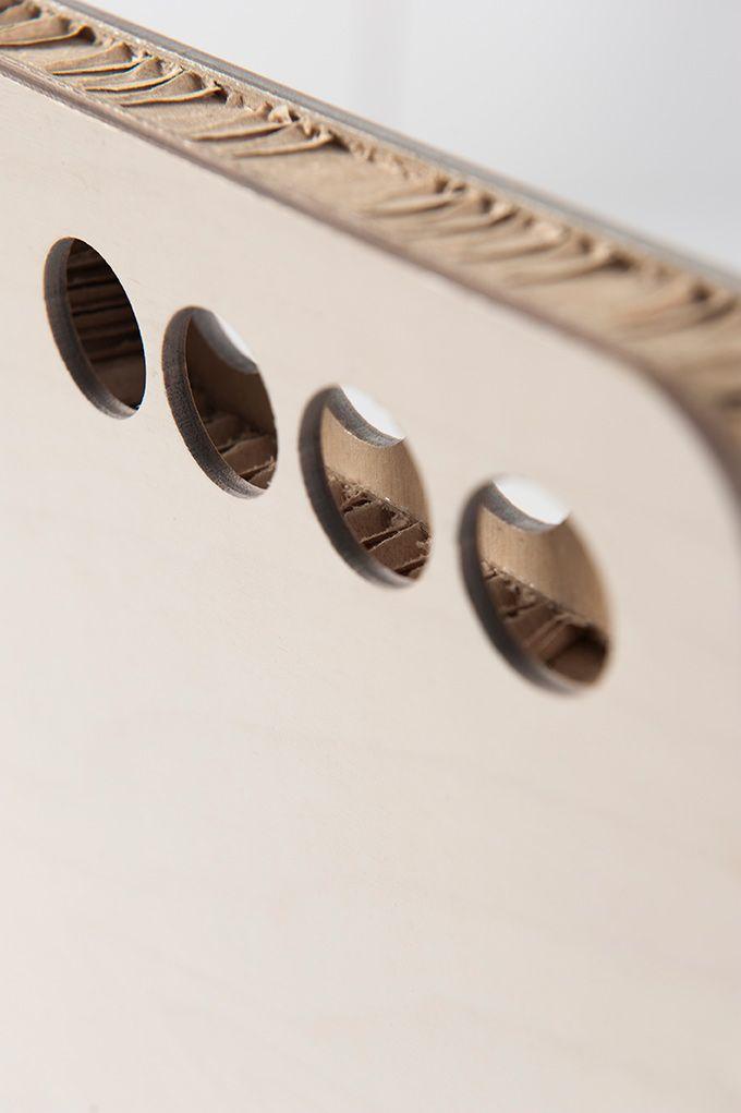 Artigiano: Paper and Fold  Sedia in cartone, ecologica, smontabile e rimontabile, facile da trasportare, leggera ma al tempo stesso più robusta rispetto alle altre sedie in cartone presenti sul mercato. È costituita da un foglio di alveolare ripiegato su se stesso, bloccato con 3 elastici e lateralmente sostenuto da due fogli di legno spessi 4 millimetri. La seduta è personalizzabile nella forma (schienale), nel colore e nel materiale (denim, tessuti, pelle, carta, bukram).  #Ductilia