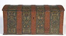 Kiste av eik fra første halvdel av 1700-tallet. Dekorert med beslag av jern og malte regencemotiver. Slik maling ble forbilder for rosemalerne utover på bygdene i Norge. Kista er kommet fra Tjølling i Vestfold. Lengde 140 cm.