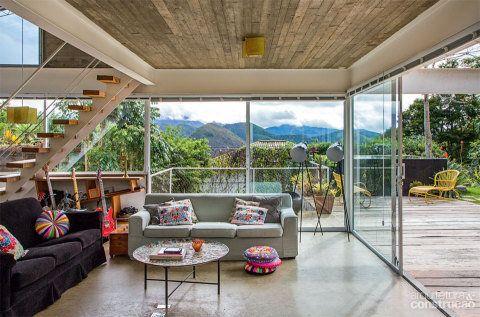 """Nos painéis fixos e portas de correr, utilizou-se vidro comum. """"O que impede os ambientes de esfriarem muito no inverno é a boa vedação das esquadrias de alumínio"""", diz o arquiteto Rodrigo Simão."""