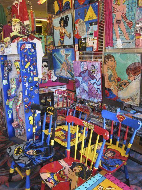 BOOM-ART ROGERS STUDIO.   Difficile de décrire cette galerie d'art complètement éclatée tenue par un couple d'excentriques (deux anciens clowns). Des boucles d'oreilles faites de capsules de bière en passant par les selles de vélos peintes de couleurs bigarrées, tout ce qui sort de la tête de Glenn et Sandy Rogers est totalement décalé.    1821, N. Orange Ave.      Orlando, loin des parcs d'attractions | LaPresse.ca