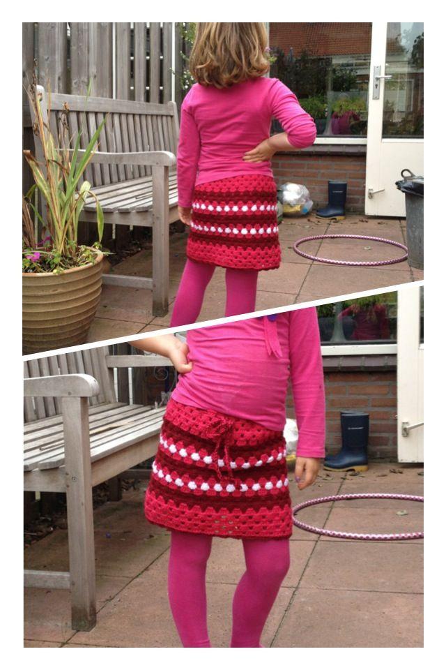 Gehaakt rokje.  Dit eenvoudige patroon had ik gevonden op:  http://www.hakopdetak.com/2010/10/17/home-made/  Hij wordt gedragen met trots!  Omdat het een open haakpatroon is, wordt hij gedragen met een tricot onderrokje. Je kan er ook voor kiezen om hem te voeren, maar dit was een handige (en snelle) oplossing.