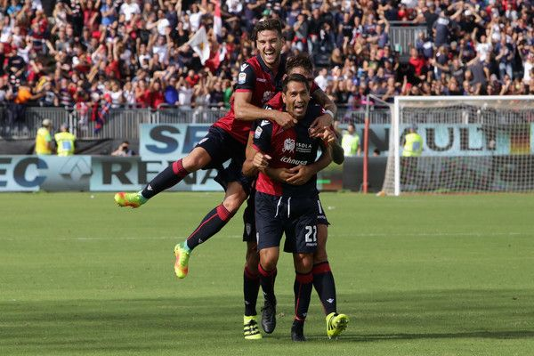 Marco Borriello of Cagliari celebrates the  goal with the team mates   during the Serie A match between Cagliari Calcio and Atalanta BC at Stadio Sant'Elia on September 18, 2016 in Cagliari, Italy.