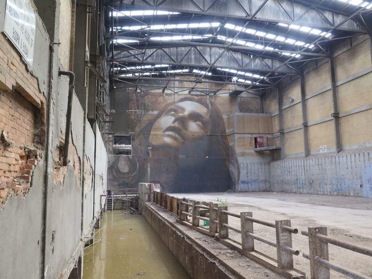 La street-art di Rone che porta mega ritratti di giovani donne su edifici che stanno per essere abbattuti
