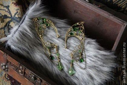 Каффы эльфийские ушки `Ящерка` (латунь, стеклянные бусины). Волшебное украшение - каффы в форме эльфийских ушек - напоминает юркую зеленую ящерицу или крыло экзотической бабочки. В комплекте к каффам идут серьги с креплением гвоздик, которые можно носить отдельно от каффов.