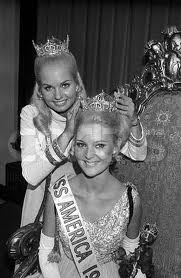Judi Ford (Miss America 1969) crowns her successor Pamela Eldred (Miss America 1970)