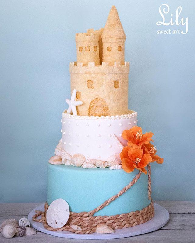 """Свадебный торт """"Морская сказка"""". Моя гордость! Это был один из моих первых самых больших тортов (100 гостей) и первый свадебный торт, полностью сделанный по моему эскизу. Пара хотела торт в морском стиле, чтобы были ракушки, присутствовал бирюзовый и белоснежный цвет, гибискусы и непременно замок из песка. Я сделала эскиз, всего один, и пара его сразу одобрила. Мы тщательно подбирали вкусы торта, проводили дегустацию и выбрали для каждого яруса разные начинки. Нижний ярус - шоколад-соленая…"""