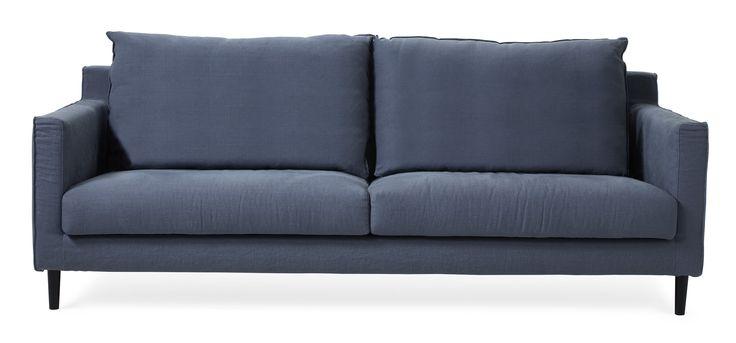 Stil, elegans och fantastisk komfort är ord som beskriver vår soffa Taylor. En soffa med karaktär som du kan ge ett personligt utförande. Taylor är en genomtänkt soffserie med många fint arbetade detaljer. Den har en lite högre rygg och en djupare sits med en mjuk och skön känsla som gör att du gärna dröjer dig kvar. Du kan välja mellan lösa kuddar eller plymåer i ryggen, två olika armstöd och ett par olika ben. Taylor har avtagbart tyg och de allra flesta av klädslarna är tvättbara. Välj om…