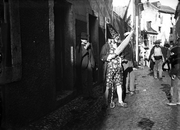 """O """"XÉXÉ"""" era uma das máscaras mais utilizadas nas paródias do Carnaval até cerca de 1910. Era uma caricatura da Lisboa Miguelista, da cabeleira e casaca caídos em desgraça. O xéxé envergava normalmente, uma casaca às cores, sapatos de fivela, cabeleira de estopa, punhos de renda e um imenso chapéu bicorne com uma inscrição a maior parte das vezes obscena."""