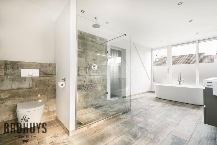 Ruime badkamer met vrijstaand bad en inloopdouche, stucwerk gecombineerd met tegels in houtstructuur | Het Badhuys Breda