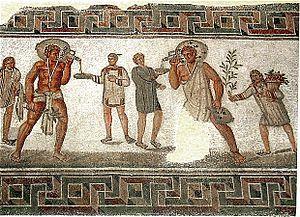 """Desde el principio de Roma, los patricios y sus familias constituyen el primer eslabón social. Estos patricios poseían esclavos, quienes presos de guerra. Legalmente, carecían de todo derecho: eran """"herramienta que habla"""". Hacían gratis los peores trabajos y de por vida. El trato dependía del carácter personal del amo. Llegaron a ser numerosísimos con la expansión de Roma. En la imagen, los dos esclavos que llevan jarras de vino usan ropa típica de esclavos, (mosaico romano de Dougga…"""