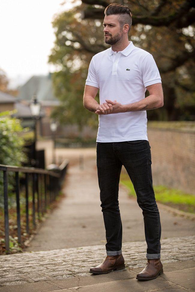 タイトなスキニーデニムにはタイトな白ポロシャツが似合います。タフで男らしい印象のコーデです。