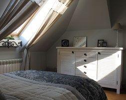 Mieszkanie na poddaszu - Średnia sypialnia małżeńska na poddaszu, styl glamour - zdjęcie od HOSTA MEBLE