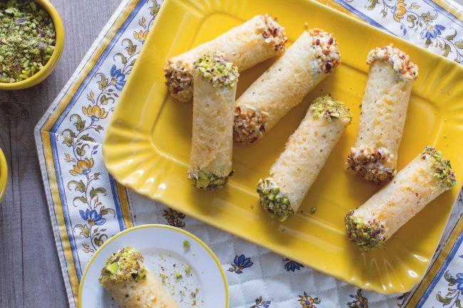 I cannoli di Grana ripieni sono croccanti cialde di Grana Padano farcite con una profumata e aromatica crema di ricotta, perfetti come finger food!
