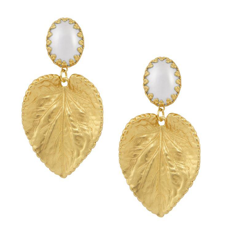 Zu jedem Styling ein elegantes Finish: Die Clip Ohrringe Elodie in Gold und Perlmutt. Ein klassischer Hingucker - das goldene Blatt mit dem schlicht eingefassten Perlmutt Cabouchon fällt auf. Exklusiv für INAstyle produziert.