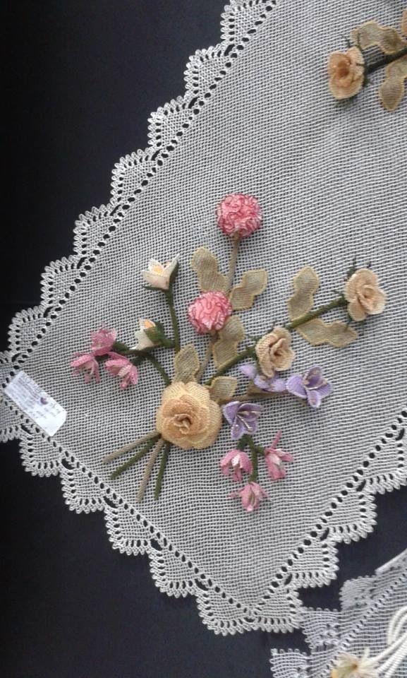 Bu fikri seviyorum - masa örtüsü ya da koşucu Pretty ribbonwork çiçekler!  :):