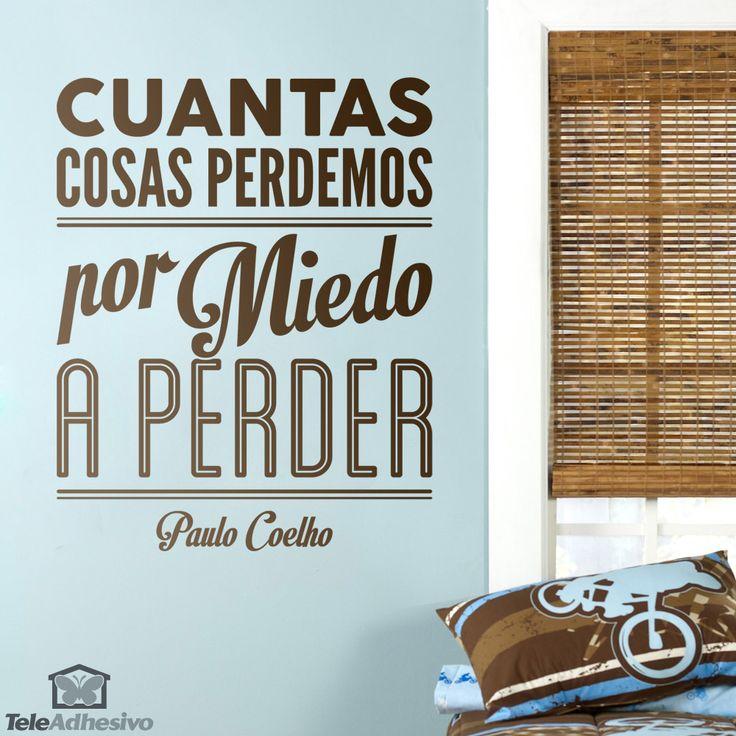 """Vinilo decorativo tipográfico sobre una frase motivadora de Paulo Coelho: """"Cuantas cosas perdemos por miedo a perder"""" -"""