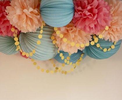 Ponpomes de papel seda combinado con bolas desplegables de papel y con pendón de círculos de papel pegados al techo