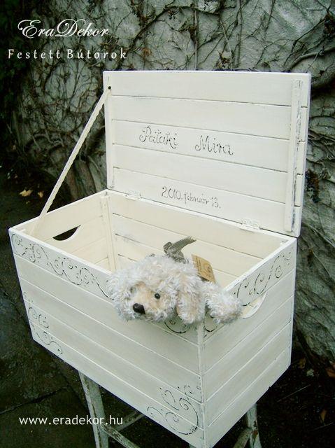 Provence-i stílusú, antikolt fehér névre szóló játéktároló láda. Fotó azonosító: JATNORFEH01