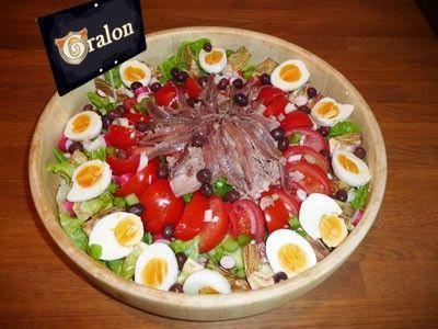 """La salade niçoise : la vraie recette : Spécialité emblématique de la ville de Nice, la salade niçoise donne lieu à de multiples variantes, plus ou moins """"authentiques"""". Nous vous proposons de découvrir la véritable recette de ce plat incontournable de l'été."""