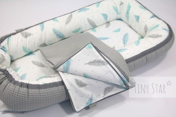 Gniazdko niemowlęce TINY STAR. Wzór w urocze piórka, w połączeniu z szarą tkaniną o strukturze wafla (100% bawełna!).