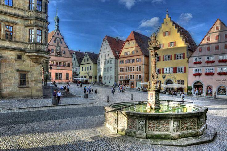 Para muchos es el pueblo medieval mejor conservado de Europa. Por culpa de la guerra. Sí, de la de los Treinta Años (1618-1648), tras la cual el pueblo quedó postrado, y nunca más sucedió en el cosa alguna de importancia. Por eso quedó así, detenido, olvidado, intacto: un milagro. ¿Qué ver allí? Todo. Desde murallas, torres y puertas a la Marktplatz (plaza del mercado, que nosotros llamamos plaza mayor), con el Ayuntamiento y casas de entramado visto, fuentes, iglesias (sobre todo la de…