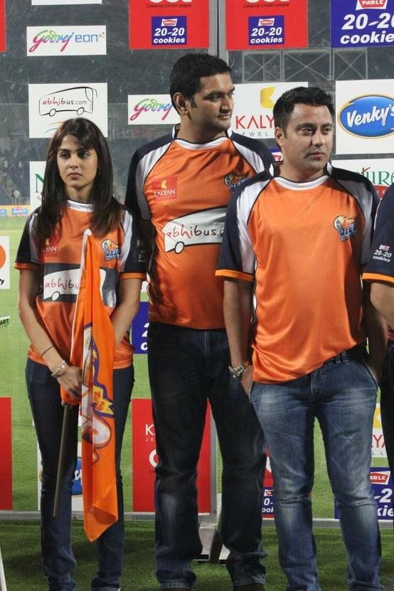 Genelia and Ritesh Deshmukh at Veer Marathi Vs Mumbai Heroes CCL Match.