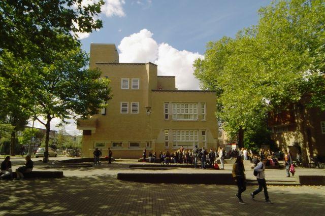 Kopgevel Berlage Lyceum Amsterdam na restauratie.JPG (640×426)