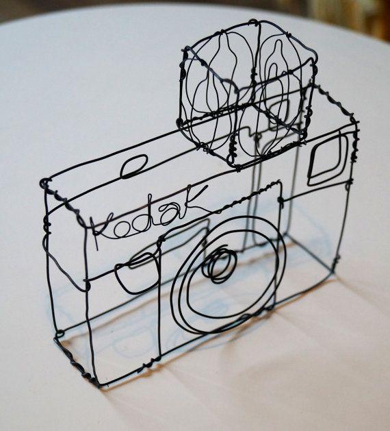 Escultura de alambre de una vieja cámara Kodak por JaneTilleyWire