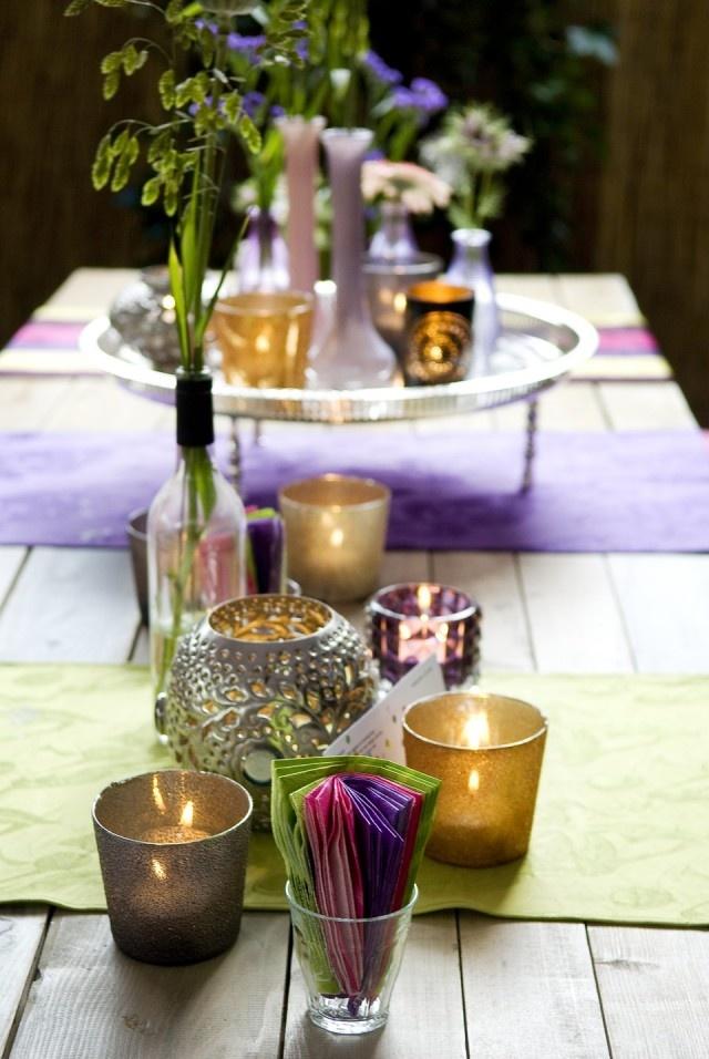 Gekleurde tafellopers in kleuren op een bruiloft