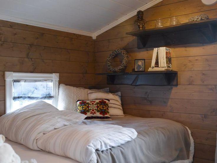 Jenterom: sengen på dette rommet er selvlaget. hyllene er rester ...