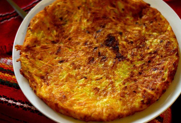 Продукти:10 средни по големина картофа (около 1кг)200 г сирене100 г кашкавал (сирене)2 с. л. олио1 глава лук2 с. л. краве масло5-6 скилидки чесън1 с. л. сух маг