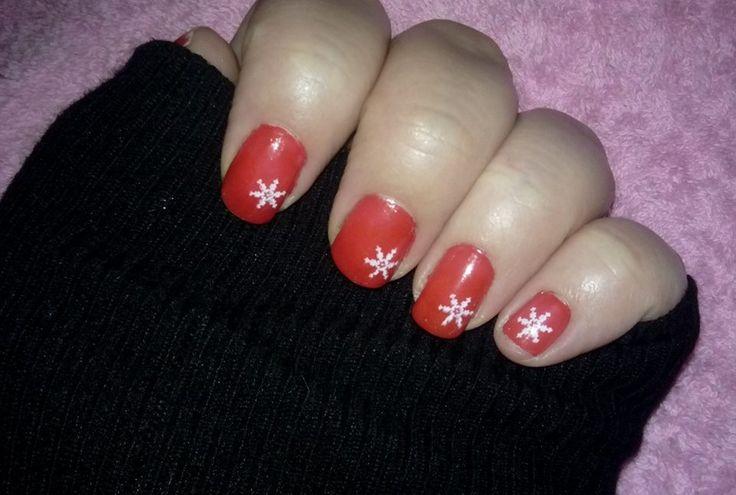 Esmalte rojo de #Rimmel London con estampado de copo de nieve. / Red nailpolish #Rimrmel London with snowflake #stamp . #uñas #nails  #esmalte #nailpolish #manicura #manicure #nailart #hechoamano #handmade #hazlotumismo #doityourself #diy #aprendiendo #learning