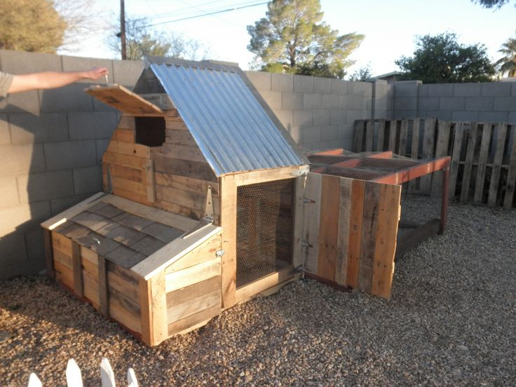 Pallet chicken coop everything repurposed but the hinges for Pallet chicken coup