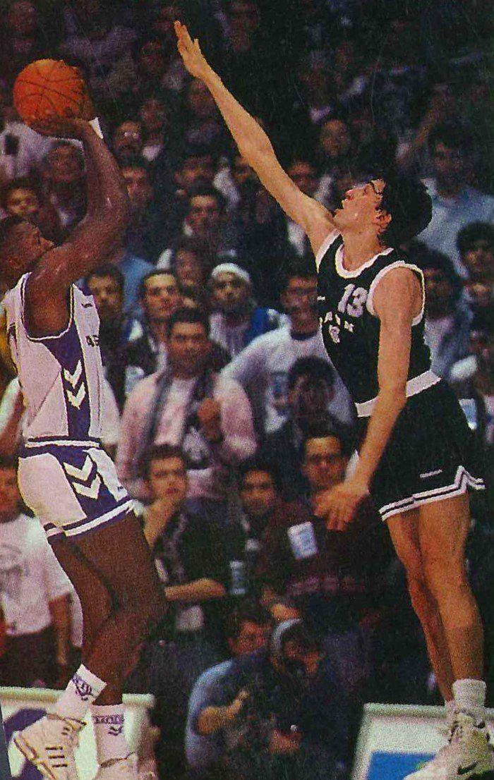 Saporta Cup final 91/92. Real Madrid vs PAOK S. Rickie Brown shot buzzer beater over Panagiotis Fassoulas.