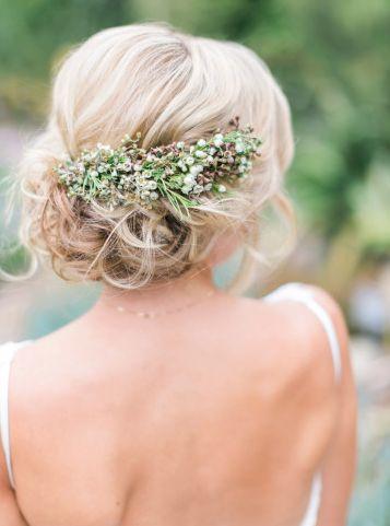 Nonchalant bruidskapsel met verse bloemen. #Bruid #Bruidskapsels