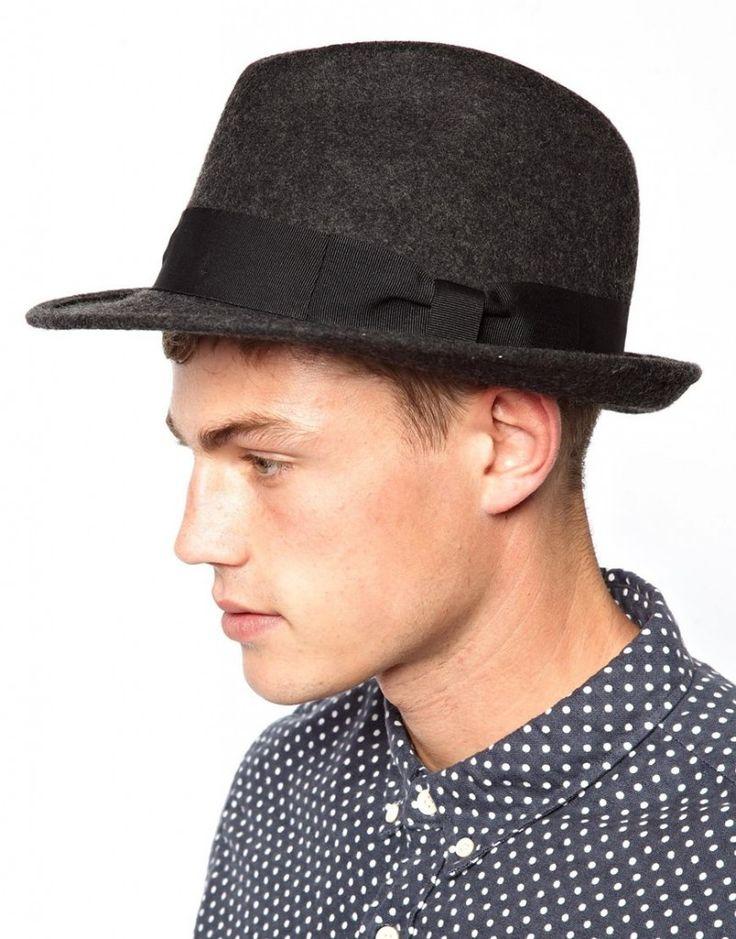 Apuesta por los sombreros para protegerte del frío y del sol a la vez.  #sombrero #complemento #perfecto #hombre #moda #gris
