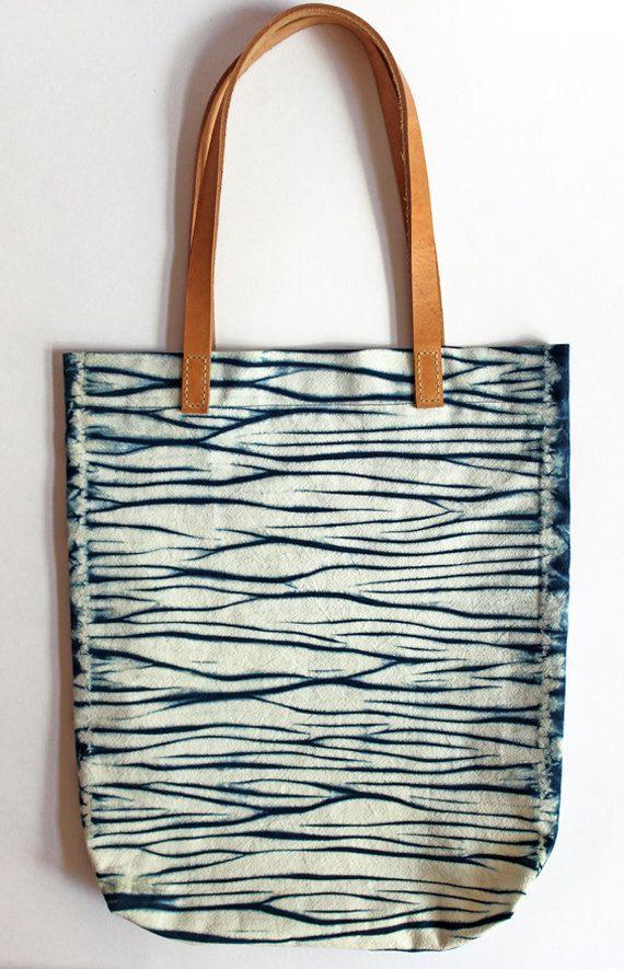 Borsa in cotone acqua superficiale shibori dipinte a mano tracolla Tote con blu indaco di cinturini in pelle