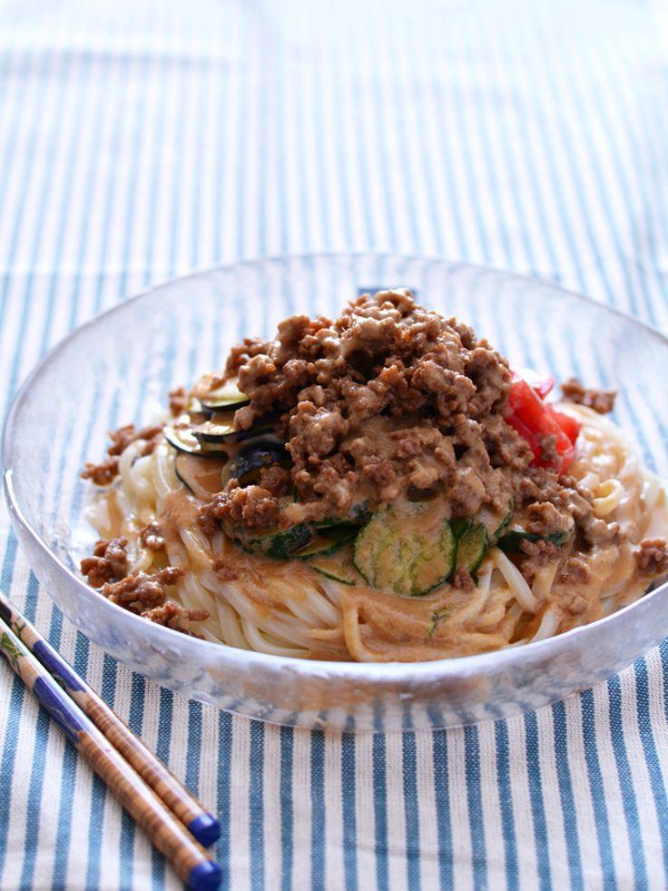 夏野菜とそぼろのっけうどん・ごまだれ by 西山京子/ちょりママ / お肉も野菜もたっぷり!人気のそぼろのっけを夏野菜たっぷりでいただきます!作り置きにもよい<万能そぼろ>と「なめらか自慢ねりごま(白)」で作る簡単<ごまだれ>の相性も抜群です。がっつり混ぜていただいてくださいね。 / Nadia